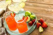 Klasické vápenné a jahodové koktejly