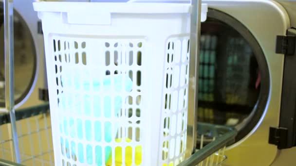 průmyslové pračky ve veřejné prádelně