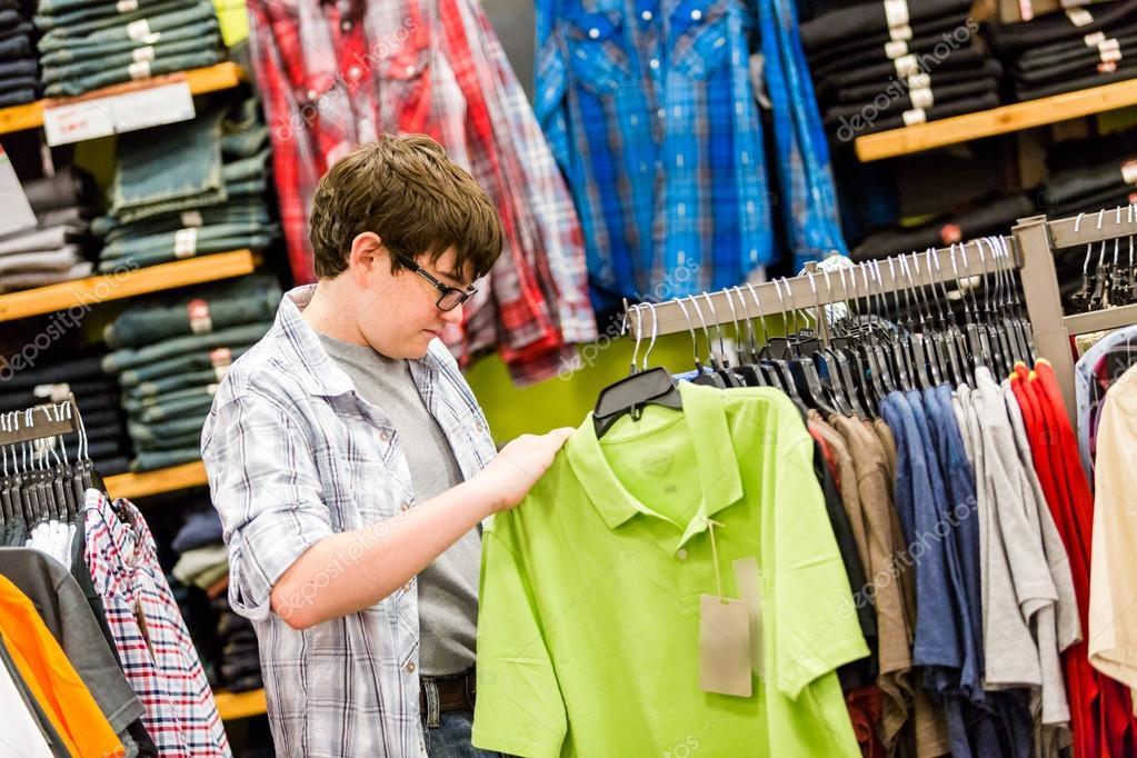 c72438801 Teenager boy shopping — Stock Photo © urban_light #58823519