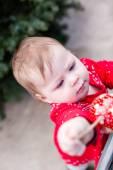 Nettes Babymädchen im roten Kleid skandinavischen