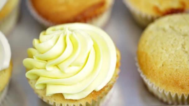 Panettiere che produce cupcakes multicolore
