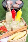 Malé letní piknik s limonádou a kukuřice