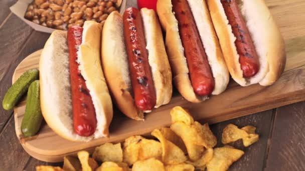 Grilované párky na bílém hotdogy