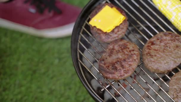 Malé letní piknik s hamburgery a kukuřice