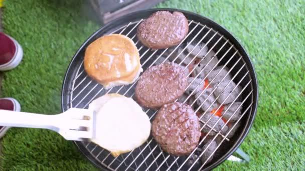 Letní piknik s malými uhlí gril