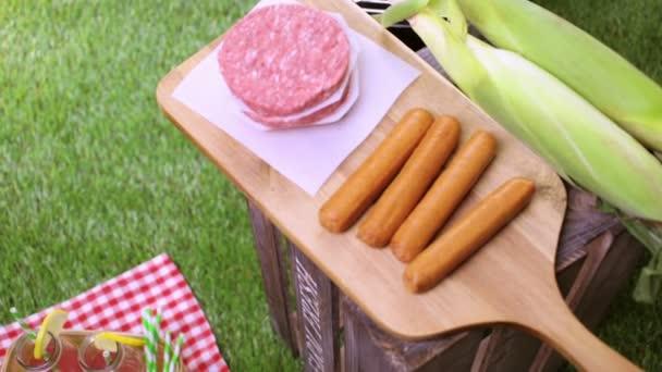 piknik s limonádou a hamburger karbanátky