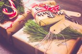 Photo Christmas gifts wrapped in brown paper