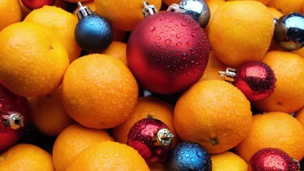 Karácsonyi játékok és mandarin. friss gyümölcs