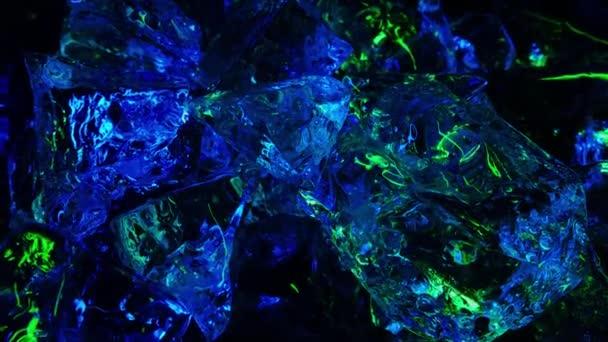 Eiswürfel in grünem und blauem Licht auf einem Hintergrund- oder Textureis