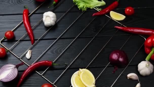 Potraviny pozadí na rustikálním kovovém pozadí s červeným pepřem, bylinkami a kořením, horní pohled.