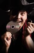 Pirát Internetu se snaží Cd na zub, jako staré zlaté mince