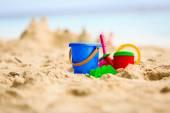 Fotografie Sandburg am tropischen Strand und Kinder Spielzeug