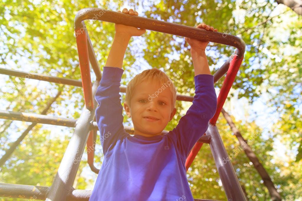 Little Monkey Klettergerüst : Kleiner junge spielt auf klettergerüst kids sport u stockfoto