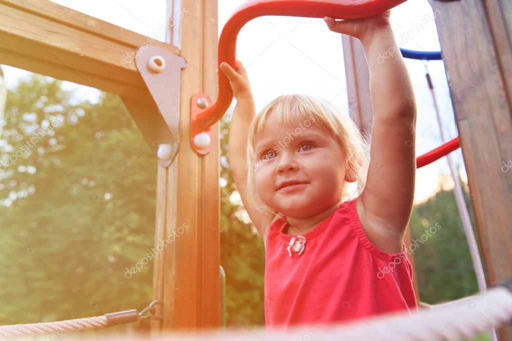Little Monkey Klettergerüst : Kleine mädchen spielen auf klettergerüst kids sport u stockfoto
