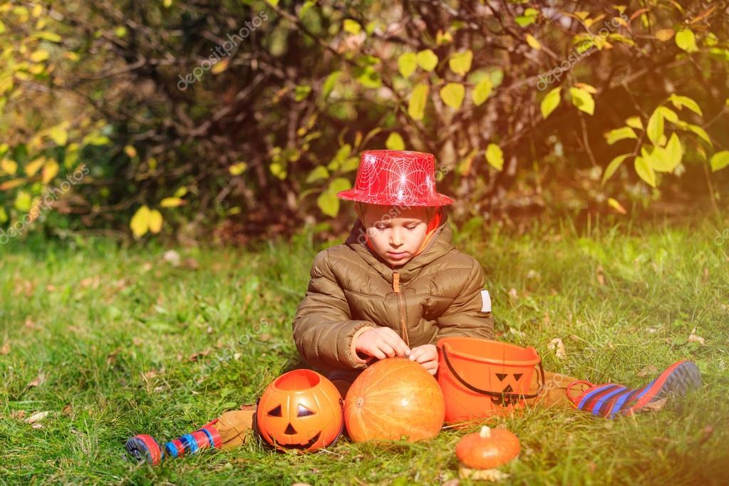 Kleiner Junge Im Halloween Kostum Im Herbst Stockfoto