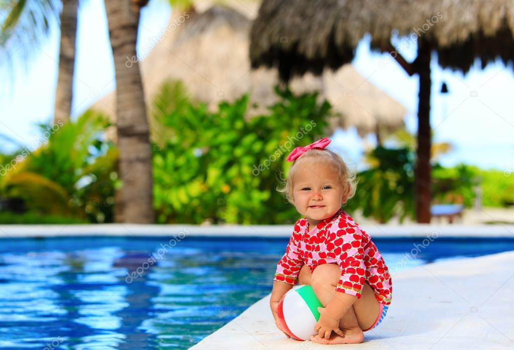 niedlichen kleinkind m dchen spielen mit ball im schwimmbad stockfoto nadezhda1906 67983369. Black Bedroom Furniture Sets. Home Design Ideas
