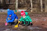 Fotografie Kinder spielen mit Wasser im Frühjahr