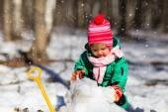 Fotografie kleines Mädchen Graben Schnee im winter
