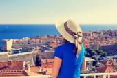 mladá žena při pohledu na Dubrovník, Chorvatsko