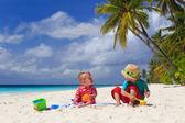 Fotografie Bruder und Schwester spielen am tropischen Strand