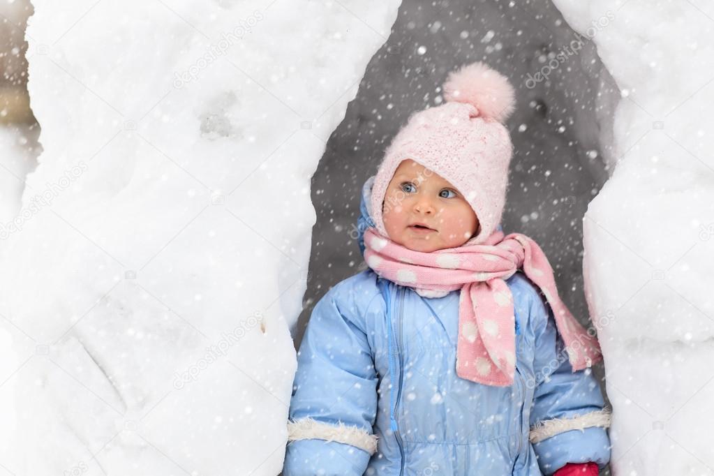 b3294dc82 Meisje plezier in winter sneeuw grot — Stockfoto © Nadezhda1906 ...