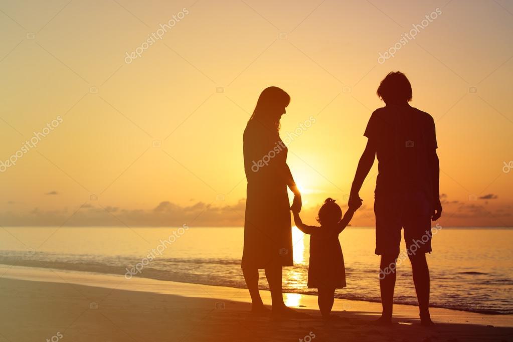 Счастливая семья в лесу - мама, папа и две девочки 57