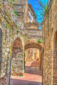 Fotografie Bögen in einer engen Straße in San Gimignano