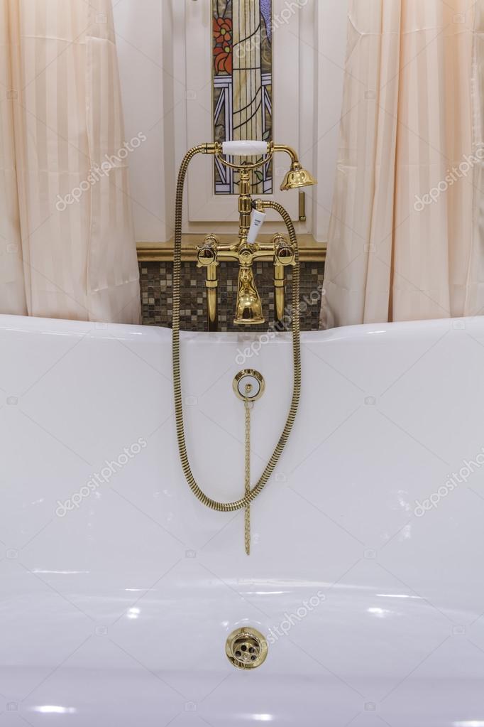 Rubinetteria Vasca da bagno d\'oro e soffione doccia — Foto Stock ...