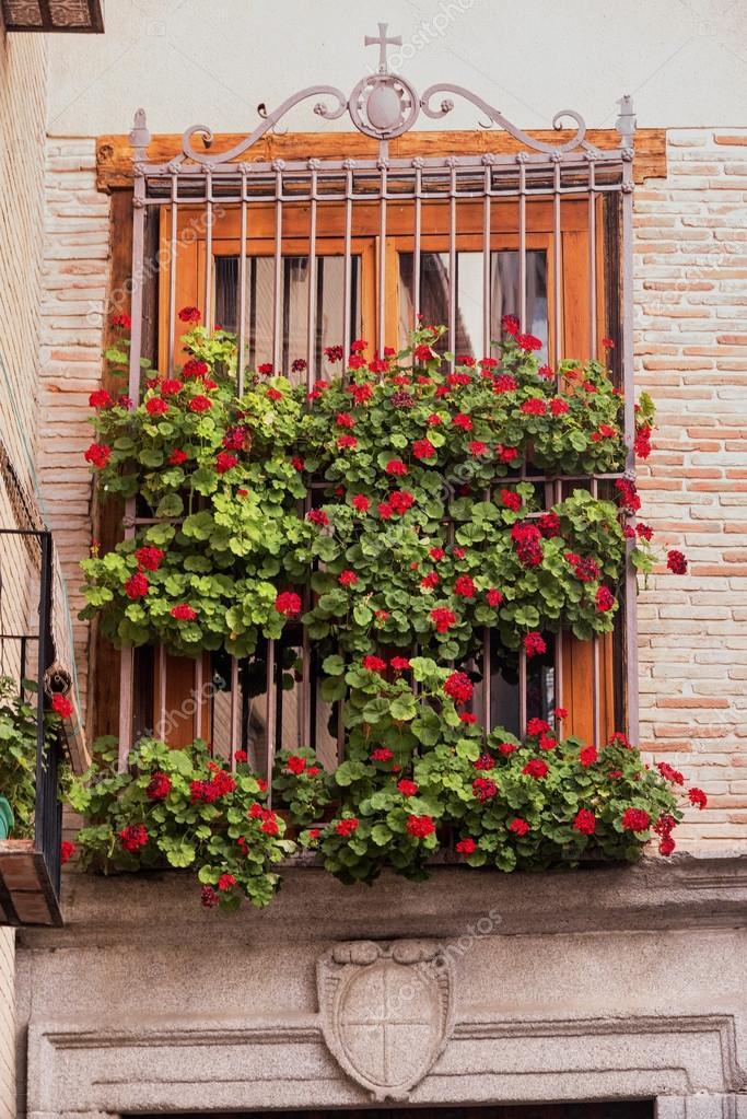 Toledo spagna finestra con i fiori foto stock for Finestra con fiori disegno