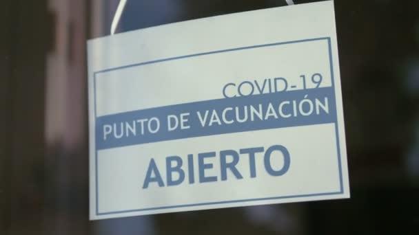 Informační značka na vchodu do Covid-19 Španělského vakcinačního centra ve 4K Zpomalený pohyb 60fps