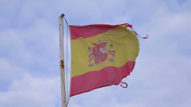 Sérült spanyol zászló lengett a szélben lassított felvételen 180fps
