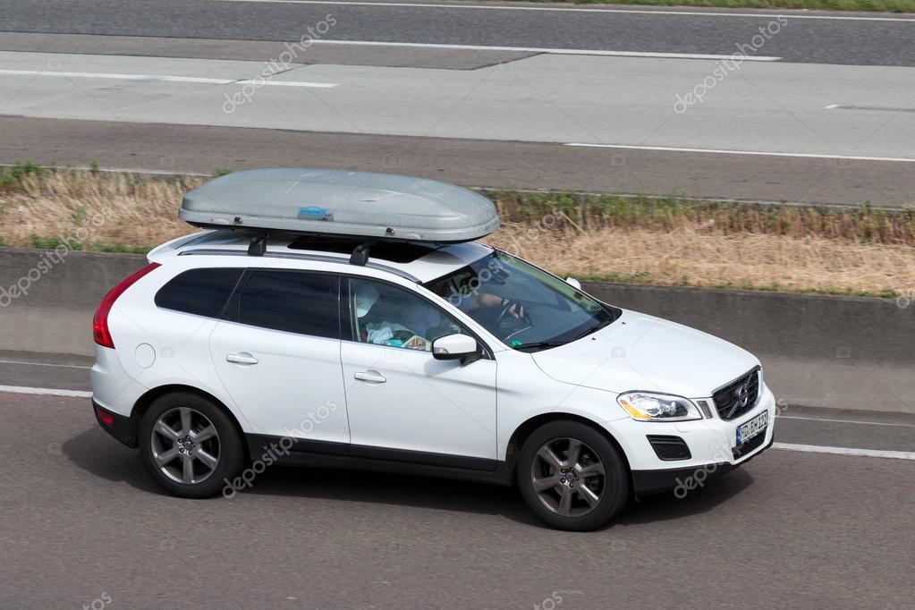 volvo xc60 avec un coffre de toit sur l autoroute photo