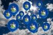 mnoho bubliny s příznakem maine na obloze
