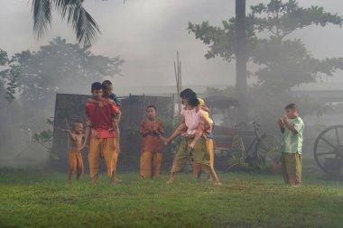 Taylandlı çocuklar, ailedeki erkekler ve kızlar Tayland kültüründe geleneksel oyun oynuyorlar. Tayland. Eski tarz insanlar. Çocuklar köyde eğleniyorlar..