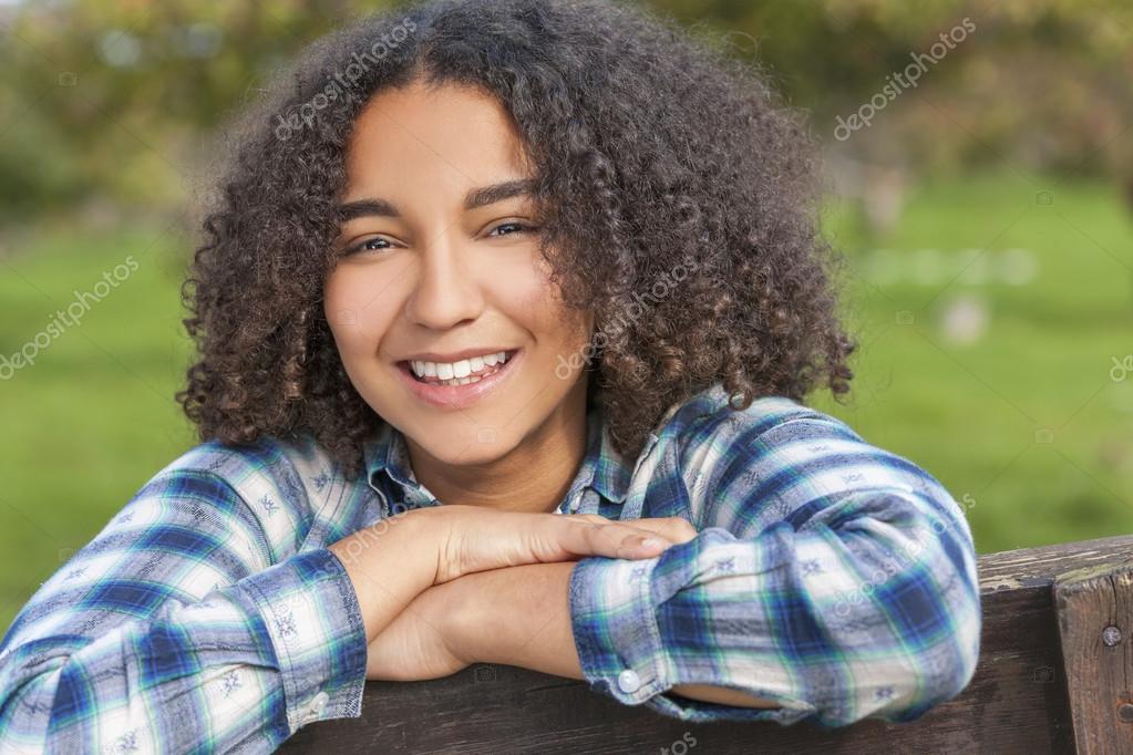 Belle Fille Metisse belle métisse afro-américaine fille adolescente — photographie