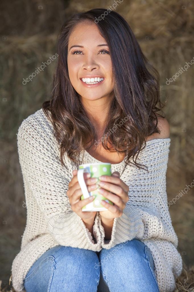 Eurasienne Photo eurasienne asiat femme sur la balle de foin, boire du thé café