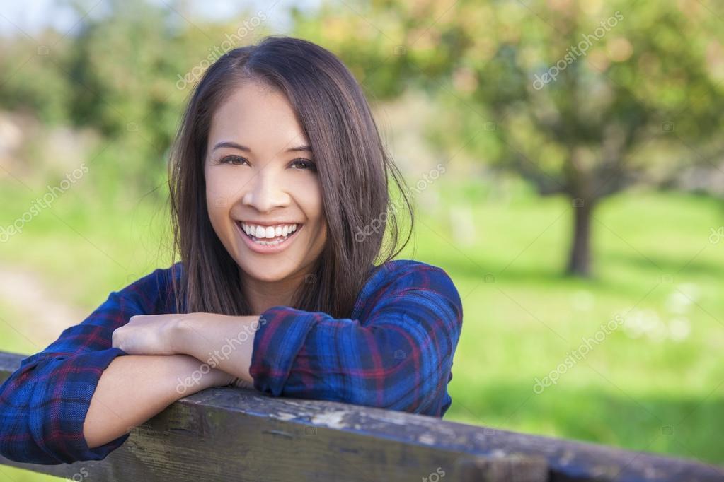 Eurasienne Photo belle eurasienne asiat reposant sur la clôture — photographie