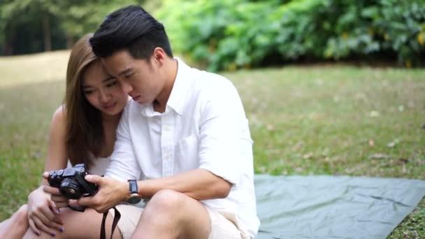 Asijský pár venkovní piknik na jejich vlastní selfies