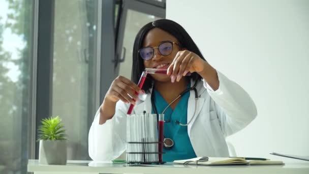Afrikanische Wissenschaftlerin Ärztin beim Bluttest im Labor. Covid-19-Test