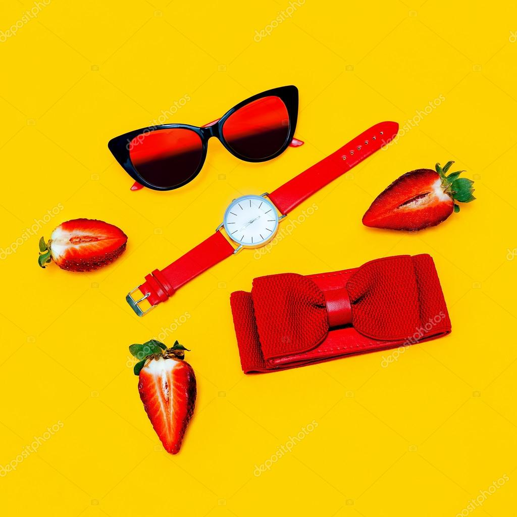 23c81f0dd144 Моде минимализм микс. Модные женские аксессуары. Красный АКК– Стоковое  изображение
