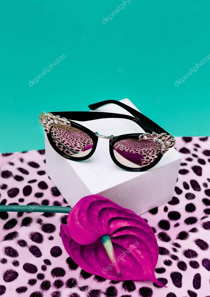 bd1ee63c8c Πολυτελή γυαλιά ηλίου μόδας. Μοντέρνα ανιμαλ πριντ φόντο — Φωτογραφία  Αρχείου