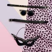 Fotografie Leder-Mode-Accessoires. Armbänder, Halsketten, Ohrringe, mas
