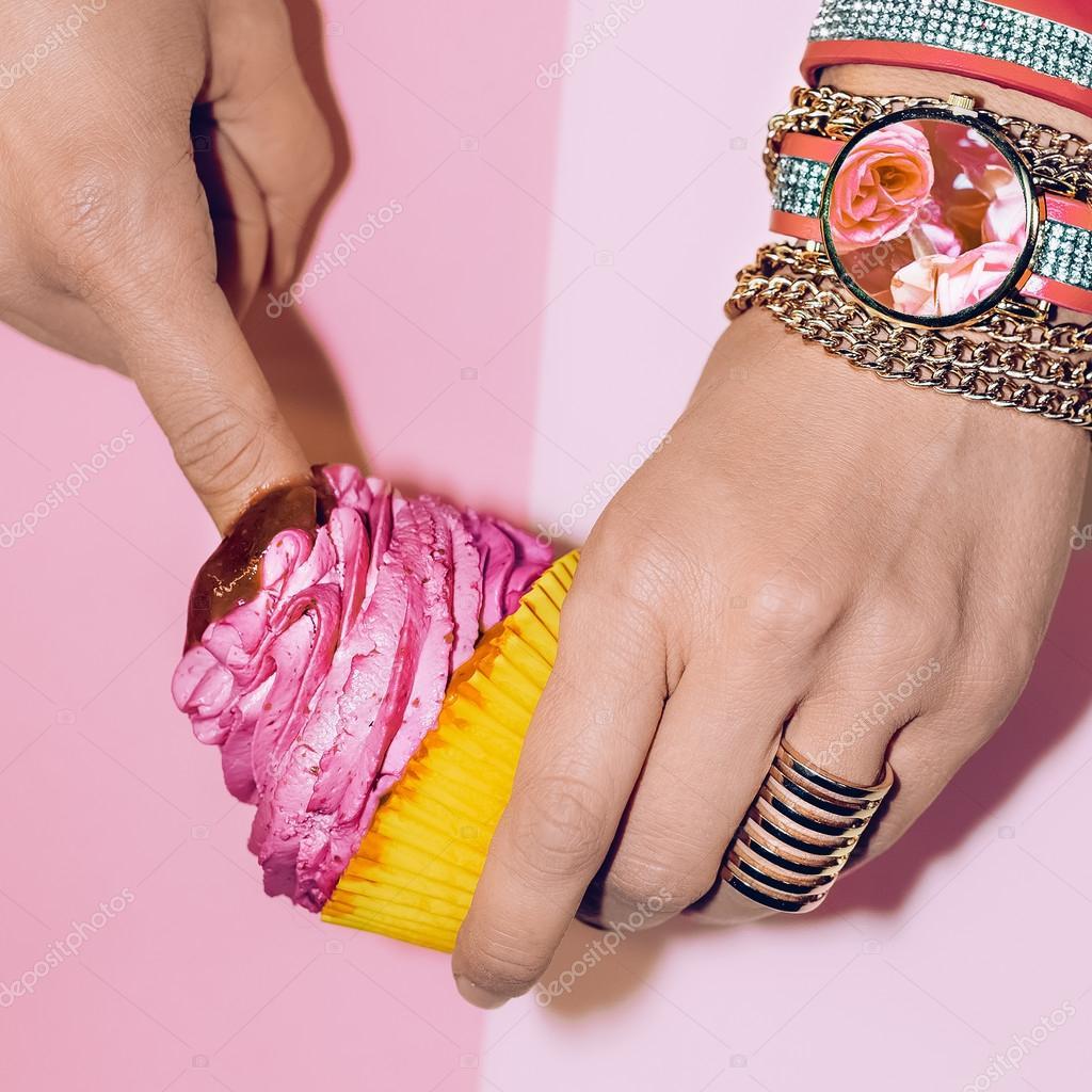 Ρολόγια   Βραχιόλια δαχτυλίδια. Είναι γοητευτική κυρία — Εικόνα από  Porechenskaya 44b78366edb