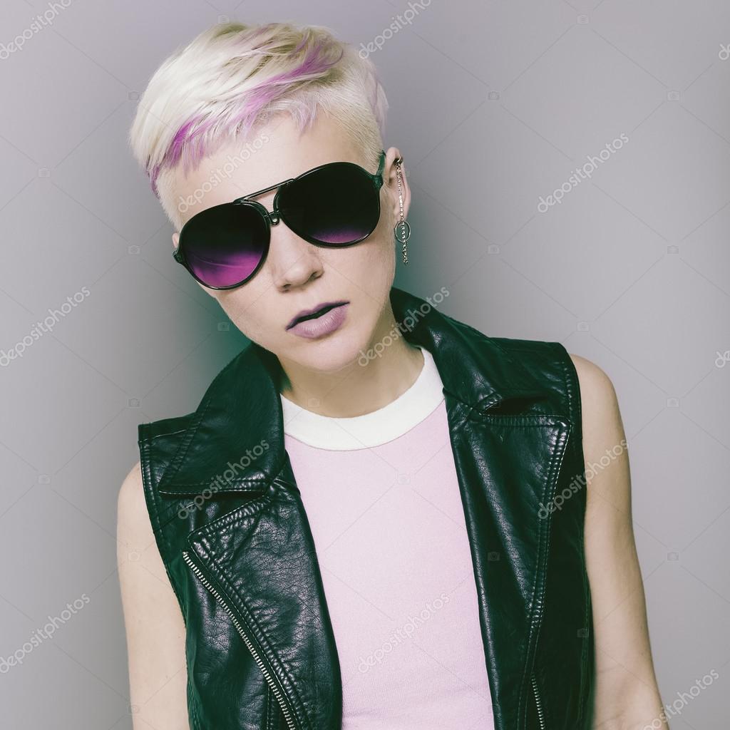 фото блондинки с короткими волосами в очках