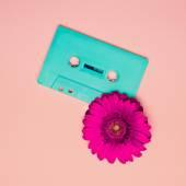 Fényképek Kazettás magnó és virág. Minimalizmus Retro stílusú