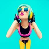 Fotografie glamouröse Mode-DJ-Mädchen in heller Kleidung auf blauem Hintergrund