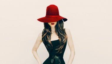 """Картина, постер, плакат, фотообои """"леди брюнетки моды в красной шляпе и красных губах на белом backgroun"""", артикул 60770305"""
