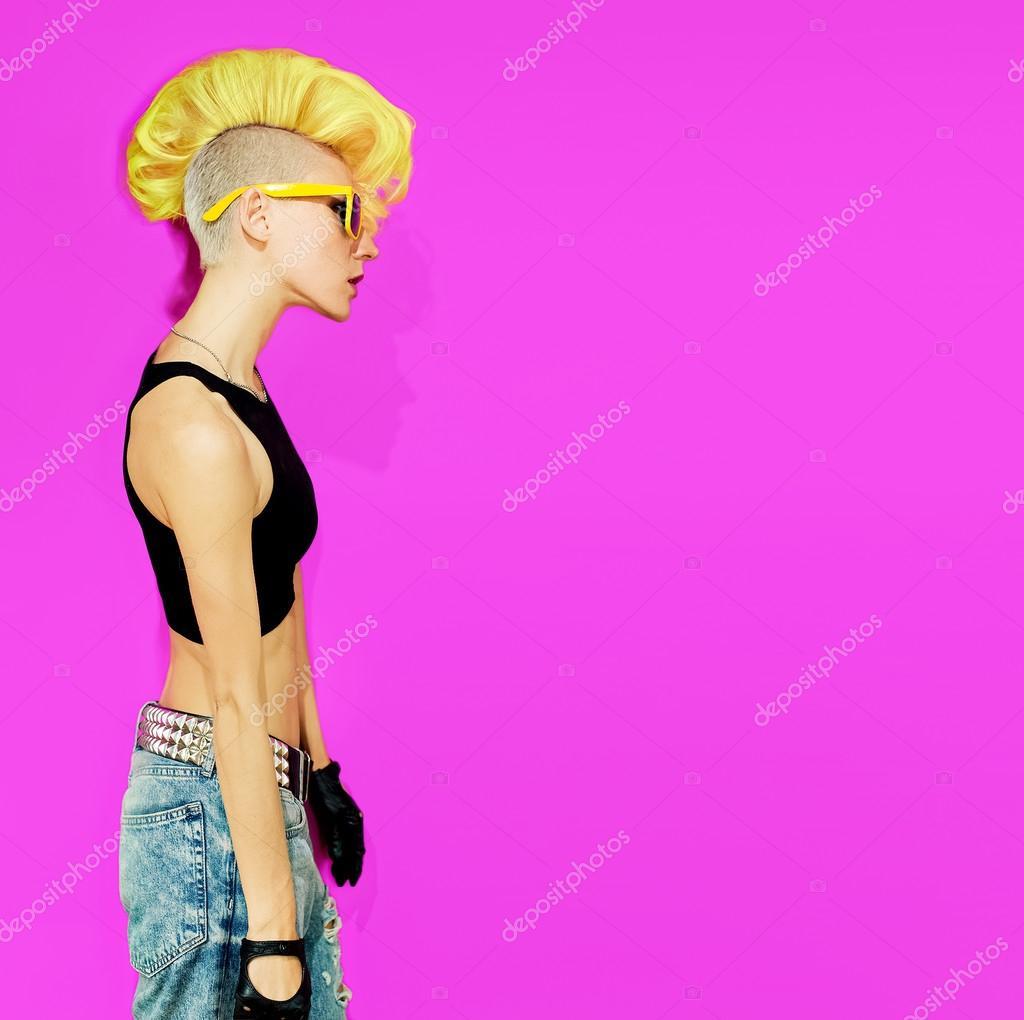 Disco Punk Dziewczyna Na Różowym Tle Modne Fryzury