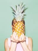 Fotografie Mädchen halten Ananas. Modische, stilvolle Sommer