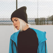 Photo Stylish girl in bright blue coat and hat. Urban style
